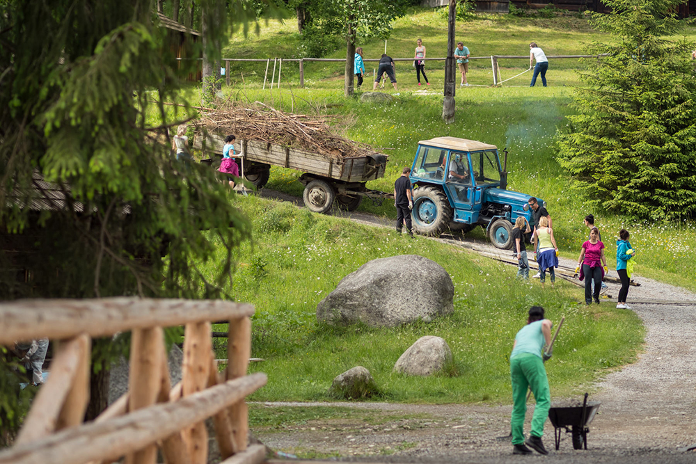 ČSOB Leasing and its voluntary event at the open-air museum in Orava